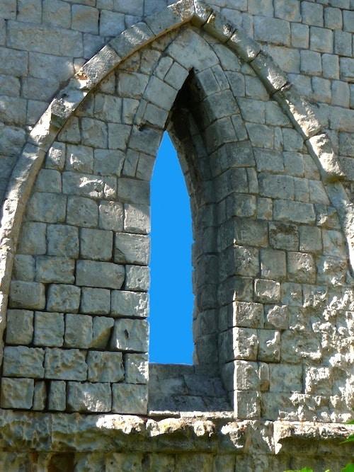 gros lan sur une baie en forme d'arc de lancette de chapelle Saint Louis qui semble accréditer sa construction du XVe siècle, reportage Nord Découverte
