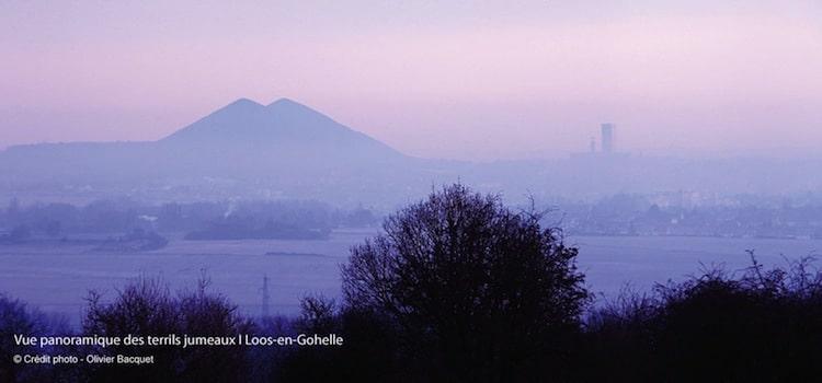 photo d'ambiance avec une lumière et brume avec en fond les terrils jumeaux de Loos-en-Gohelle reportage Nord Découverte