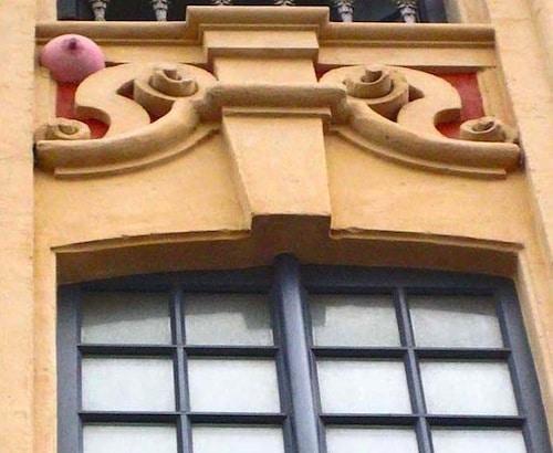 Un des plus pittoresque boulets de Lille est celui peint en rose au-dessus de Chez Morel