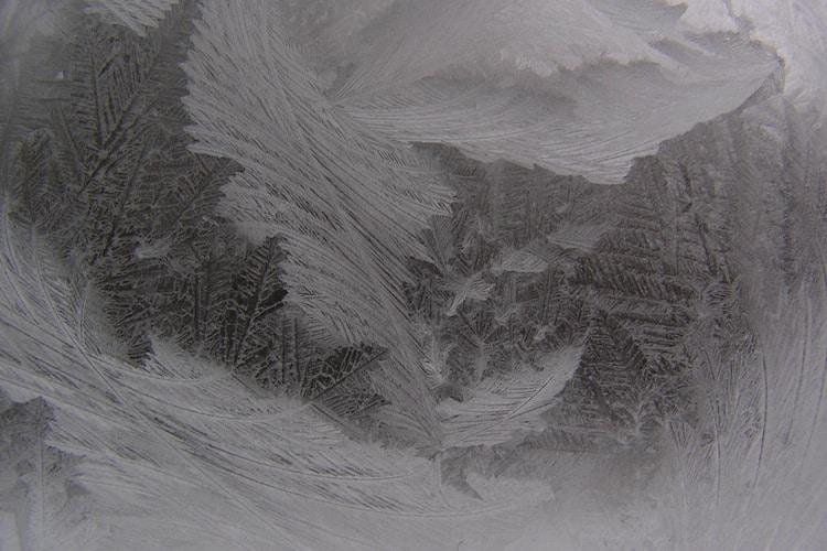 dessin du givre sur une fenêtre