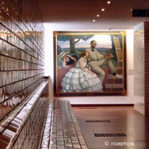 perspective des bancs en mosaiques et tableaux dans le musée de la piscine d de Roubaix