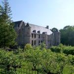 vue des jardins à la française du château d'Esquelbecq