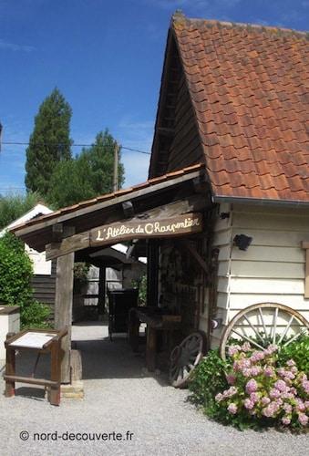 l'atelier du charpentier reconstitué dans Saint Joseph Village à Guînes