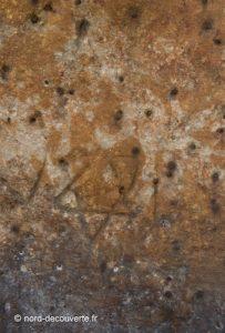 vue du détail de la surface de la borne à clous de Doaui avec les trous et l'étoile de Davide gravée, un reportage de Nord découverte