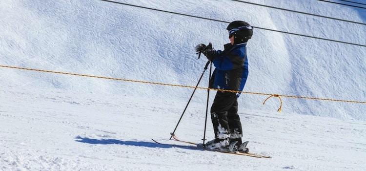 enfant sur une piste de ski photo de l'article de Nord Découverte sur les stations de ski dans le Nord-Pas-de-Calais et en Belgique