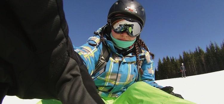Photo d'une jeune skieuse en descente sur une des pistes belges