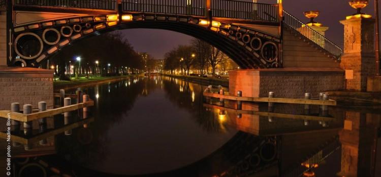 Vue nocture du pont Napoléon éclairé le long de l'esplanade de Lille, un article Nord Découverte