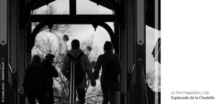 photographie du pont Napoléon avec deux amoureux se tenant la main signée Nadine Blouin
