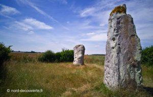 perspective des deux menhirs des pierres jumelles d'Ecoivres