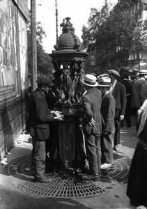 hommes-devant-fontaine-wallace-nord-decouverte