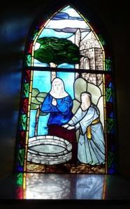 un vitrail de la chapelle Sainte Godeleine à Wierre-Effroyreprésentant le miracle d'Edith recouvrant la vue reportage Nord Découverte