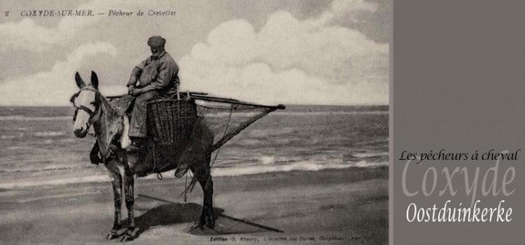carte postale ancienne représentant unvue de pêcheurs de crevettes à cheval à coxyde oostduinkerke