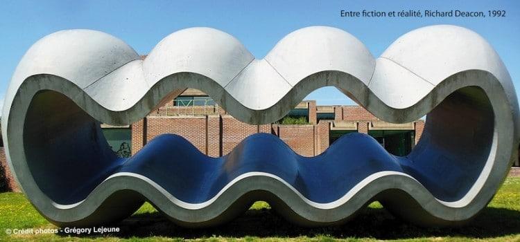 L'oeuvre de Richard Deacon, intitulée fiction et réalité présente dans le parc du musée LaM de Villeneuve d'Ascq