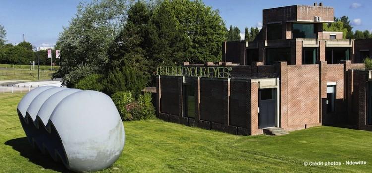 vue extérieure du musée LaM de Villeneuve d'Ascqentouré de son parc, un article de Nord Découverte