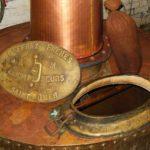 gros plan sur un des deux alambics de distillation du genièvre de Houlle Persyn
