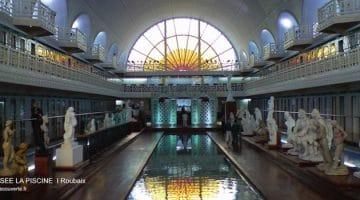 vue de l'allée principale du musée de la Piscine de Roubaix avec le vitrail soleil