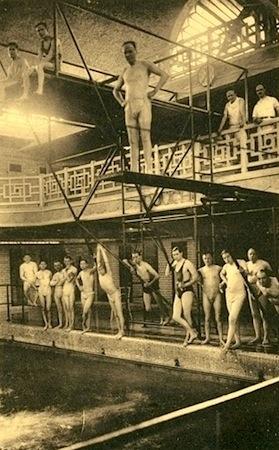 vue ancienne du plongeoir avec des nageurs dans la piscine de roubaix