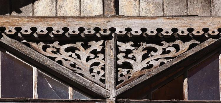 fenêtre avec un habillage de bois rappelant la rune elhaz