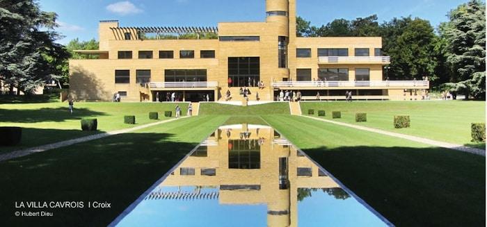 le miroir d'eau et le reflet de la façade côté parc de la villa Cavrois à croix