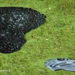 gros plan sur le phénomènedes bulles à la surface de la fontaine bouillante de Stambruges