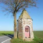 la chapelle votive Notre-Dame de la Pitié érigée pprés d'Etrun. Un arbre la protège, seul au bord de la route