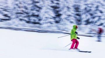 descente d'un skieur sur une des pistes des Ardennes belges