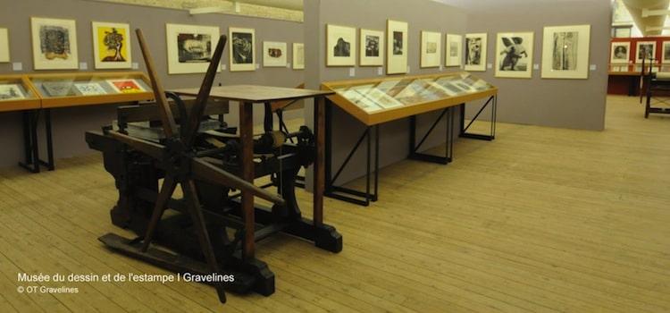 une des salles et ancienne presse du musée du dessin de Gravelines