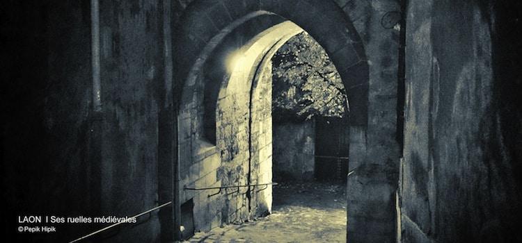 Vue la nuit d'une ruelle de la cité médiévale de Laon