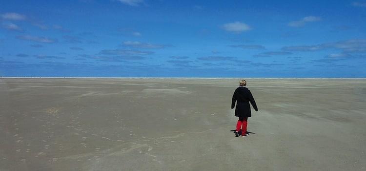 un promeneur dans l'immensité de la plage de la Huchette de marck à marée basse