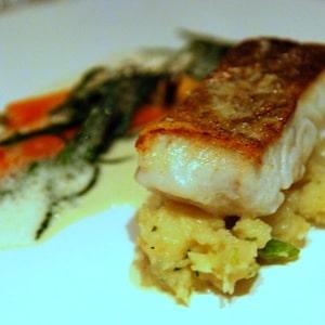 un filet de poisson cuisiné avec de la salicorne en accompagnement