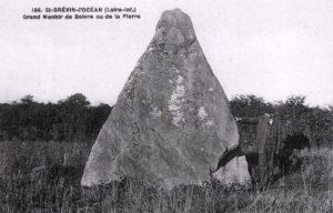 vue d'une carte postale ancienne du menhir triangulaire de Boivre