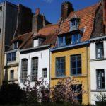 vue des façades colorées du parvis de la Treille dans le Vieux- Lille