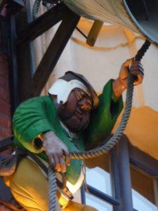 gros plan sur le sonneur de cloche de la place du Théâtre à Lille