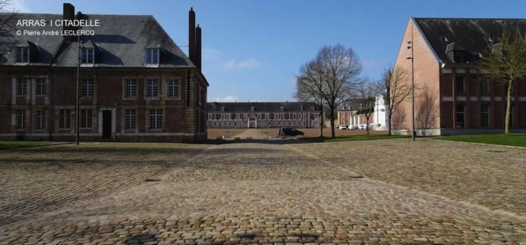 vue de la place centrale intérieure de la citadelle d'Arras