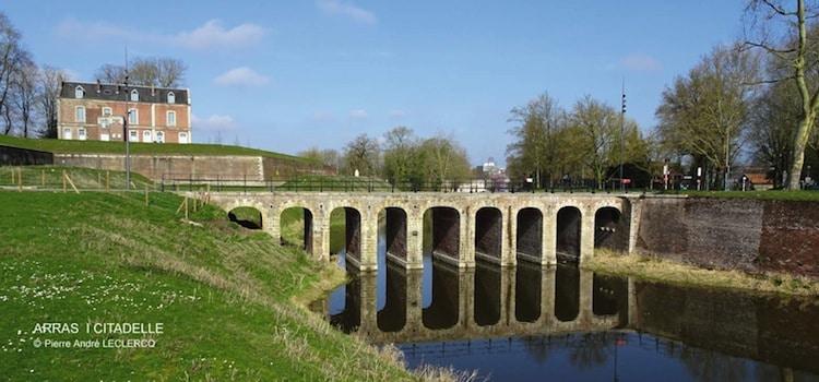le pont et les fossés qui entourent la citadelle d'Arras