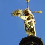 gros plan sur le lion et soleil d'or en haut du beffroi d'Arras