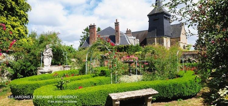 vue de la roseraie des jardins Le Sidaner à Gerberoy