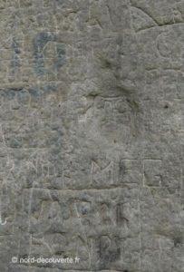 gros plan sur le pas de la Vierge l'empreinte sur la pierre Brunehaut à Hollain