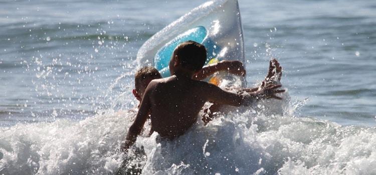 enfants jouant dans la mer sur une plage de la côte d'Opale