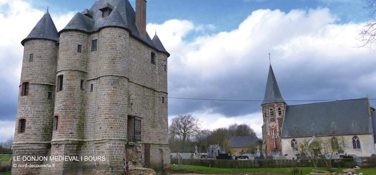 vue du donjon médiéval et de l'église Sainte Austreberthe de Bours
