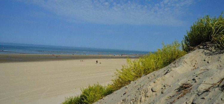 la grande plage de sable fin le long de la station balnaire de Stella-Plage
