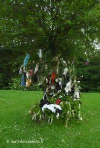 l'arbre à loques de la chapelle du Bon Dieu de Giblot à Hasnon