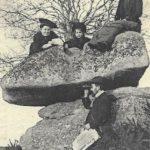 vue ancienne d'un groupe de femmes sur la pierre branlante de la Verrie en Vendée