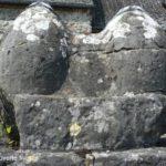 les deux pierres ovoides encastrées dans la grille du cimetière d'Ostergnies