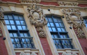 gros plan sur les anges et les boulets de la façade du rang Beauregard à Lille