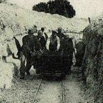 soldat français poussant une Decauville dans les tranchées