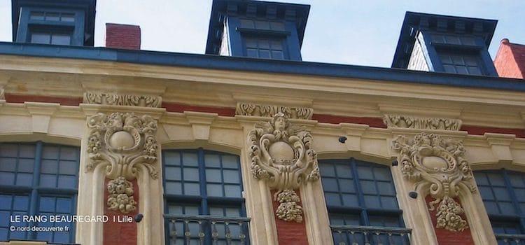 gros plan des mascarons avec les anges et les boulets sur la façade du rang Beauregard de Lille