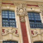 détail des anges et des boulets incrustés sur la façade du rang Beauregard à Lille