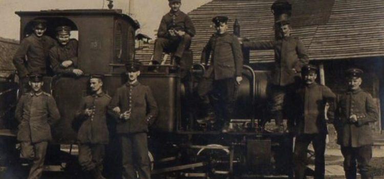 vue d'une locomotive vapeur roulant sur les voies étroites
