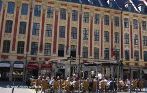 vue des cafés sur la place du Théâtre de Lille avec le rang Beauregard en arrière plan